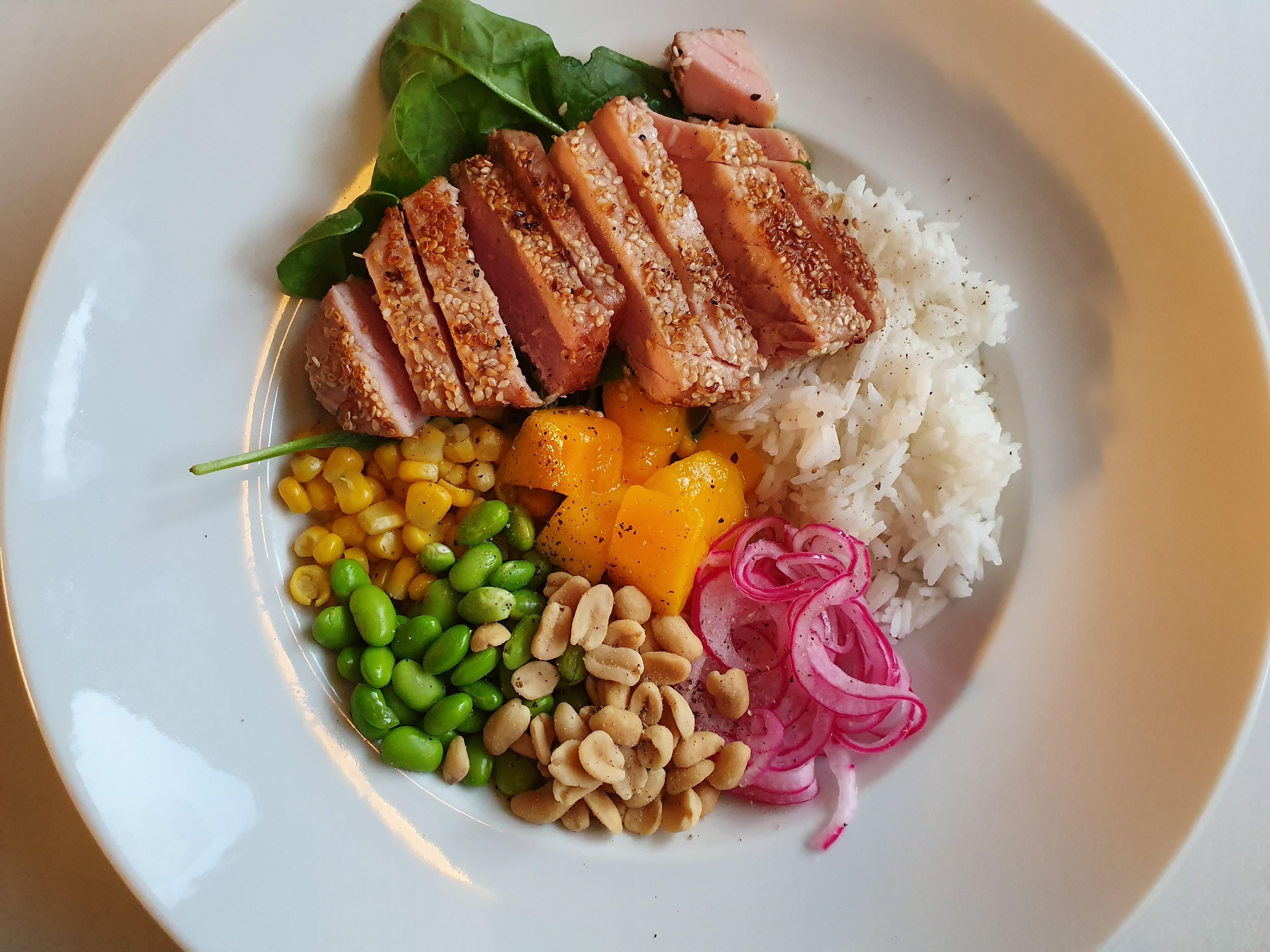 Poké bowl med halstrad tonfisk