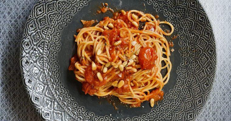 Pasta med vitlökig tomatsås